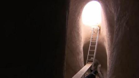 男子隐藏山洞25年,被找到后坚决不离开,当走进洞后才发现不简单
