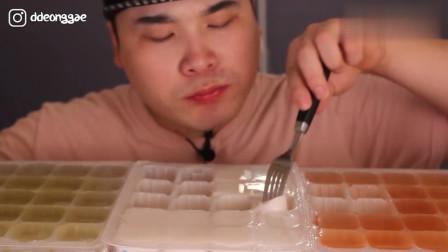 韩国大胃王吃一盒布丁,用叉子插着就往嘴里塞,大口咀嚼真过瘾!