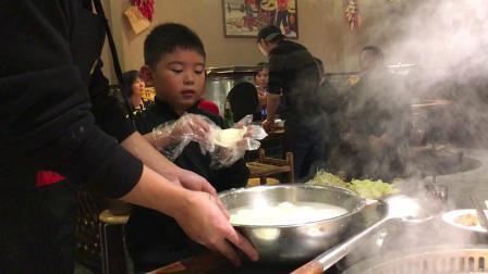 【7岁半】11-3哈哈吃东北地锅鸡自己贴面饼IMG_1097.MOV