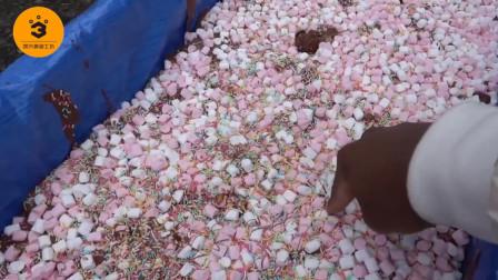 老外制作一米长的巧克力,原料用了30余种,还好他们没有垃圾分类