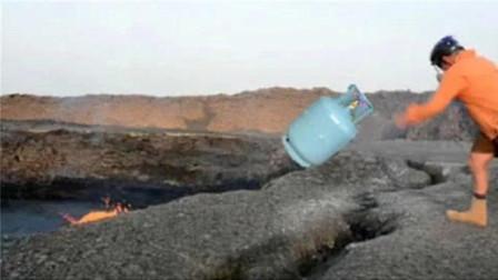 老外冒死将煤气罐扔进火山,接着拔腿就跑,镜头拍下全过程!