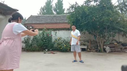 农村农民小伙在家里拍特效视频,媳妇穿帮进去了,你看效果咋样!