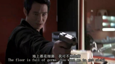 宇宙追缉令:男子用枪指着小伙,不料他丝毫不慌,直接对两人开枪