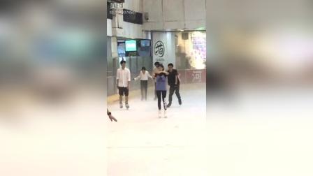 李伊尹7月24日溜冰️视频