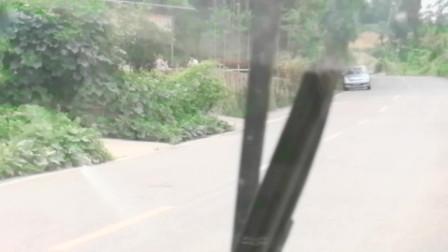 去农村偷拍大竹县颜美食的秋妹,正在拍视频呢