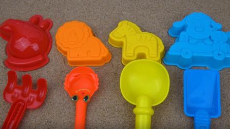 趣味玩沙子 用沙滩模具做出各种动物的图案