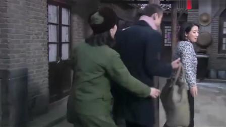 玉兰心里还惦记大林,二林安慰母亲,他不争气就不要想着他了