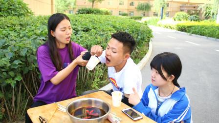 用一根筷子喝火锅汤赢手机妹妹觉得喝不上学霸哥哥出马轻松喝完