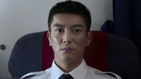 《中国机长》万米高空直击险情  128人命悬一线