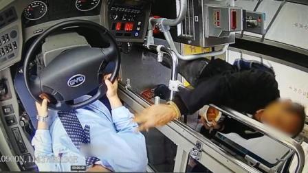 买票冲突,男子用臭豆腐汤泼公交司机脸