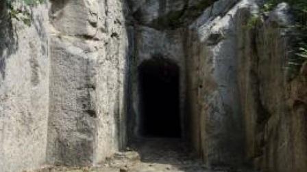 施工爆破炸出神秘黑洞,洞内惊现豪华巨型宫殿,专家看后瞬间吓趴