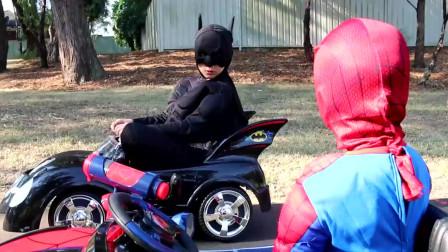 巅峰对决!小朋友们扮演蜘蛛侠和蝙蝠侠开赛车在公园里比赛