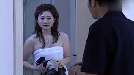 女总裁在浴室洗澡,男下属就在门外等着,原来他没安好心