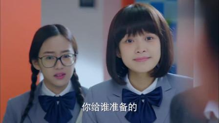 顽皮学生想整女同学,没想到惹怒了班主任,倒大霉了!