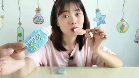 """美食拆箱:小姐姐吃""""奶瓶饼干"""",小奶嘴胖瓶身,干脆香甜奶味浓"""