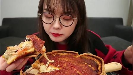 上海吃播:小姐姐吃芝士披萨,芝士都不怎么拉丝,口感还是不错的