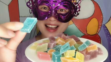 """吃货妹子吃""""水晶糖"""",晶莹剔透似宝石,外脆内软好香甜"""