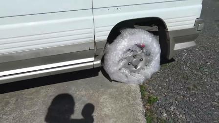 老外用气泡膜做轮胎,装在面包车上,还跑不过我的自行车