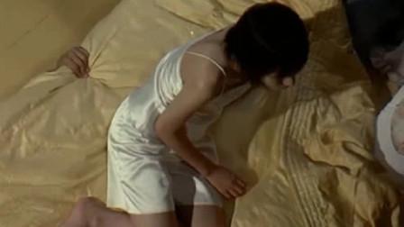 女生在老师家留宿,刚准备休息,一只手突然从床底下伸出来