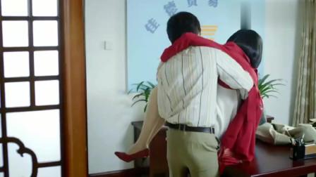 小伙把富婆抱到办公桌上,下一秒我都害羞了