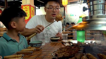 大sao吃碳火烤肉,345元点一桌肉,一家人围着碳炉吃串,真过瘾