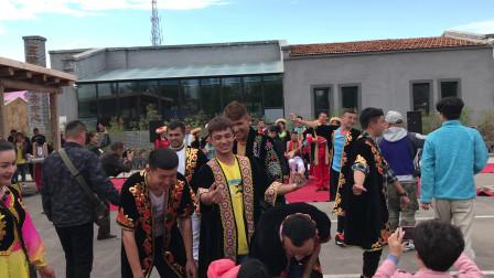 特克斯县离街附近村落,当地居民的传统民族歌舞表演