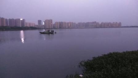 合肥北城梅冲湖畔渔舟唱晚,湖边露天卡拉OK正在调试中