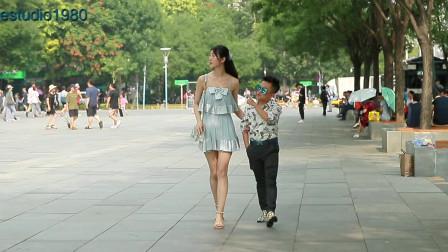 三里屯街拍,最萌身高差情侣,这女生也太高了比男生高出两个头