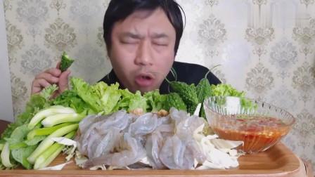 吃播:泰国吃货大叔试吃蝴蝶虾刺身,配上小苦瓜,味道又鲜又苦!