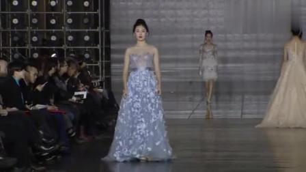 高级时装秀:神秘蓝色蕾丝网纱设计,搭配高跟鞋,女人味十足