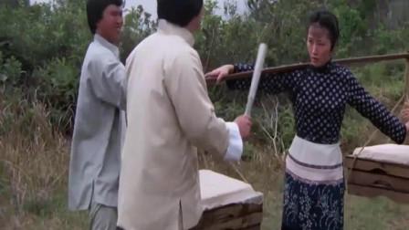 恶霸看上卖豆腐的女子想欺负,不料女子是个隐藏的绝顶高手