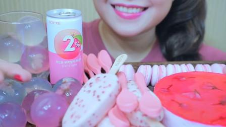 美女吃粉红色的甜点,想吃哪个随心所欲,美味挡不住