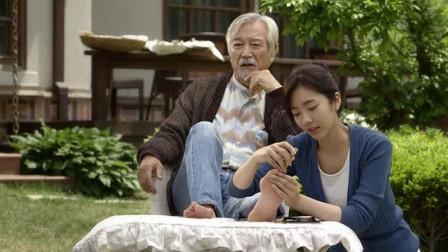 白发苍苍的老人与照顾他的年轻女护士产生了感情,表面上单纯善良的护士背后却有不可告人的秘密