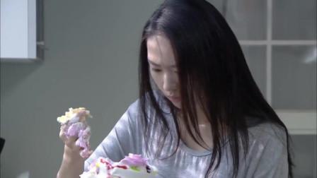 女子以为男友把戒指藏在蛋糕里,蛋糕翻个遍都没找到,太尴尬了!