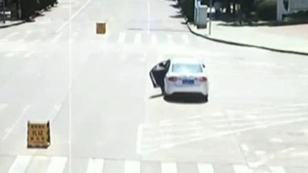 """轿车溜车失控 老人孩子在车内""""赤脚""""的哥追车救人"""