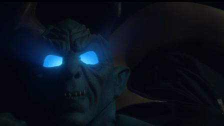 男子车后藏恶魔发光面具,被困小镇多年一出去就要被火烧