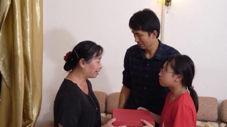 母亲病重找儿子借钱,儿子哭穷没钱,孙女拿出一个糖盒奶奶哭了