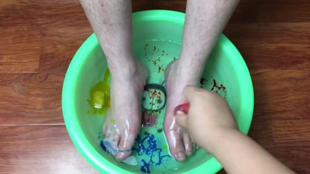 菠萝太坏,用胶水给男友洗脚!还倒入整整4瓶色素,结局会怎样?