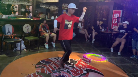 重庆《用舞之地》蚊子裁判秀 这个曳步舞太炸了!