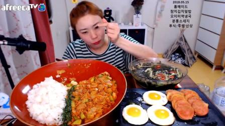 国外小姐姐狂吃韩式炒饭,难道吃不腻吗