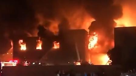 浙江湖州一厂房起火 楼顶被烧穿伴有爆炸声