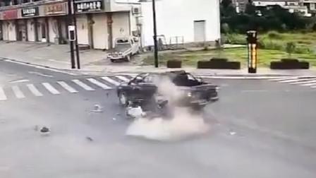 车刚买7天 浙江一女司机驾车闯灯撞死人