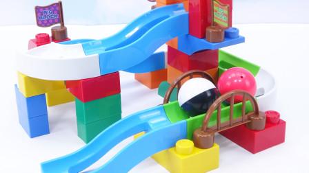 变形汽车人品尝美味食物,分享方块积木玩具,搭建趣味玩具球滑梯