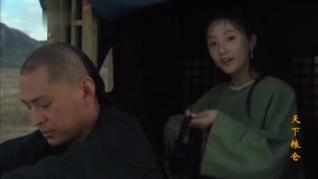 给小伙梳辫子的美女,看到赶车的车夫,用错成语后连忙帮他改错!
