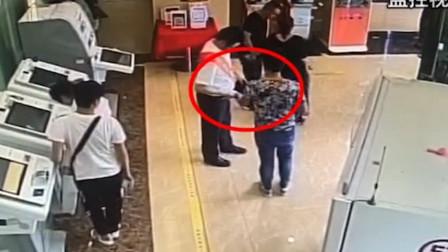 男子突然塞纸条 银行员工看了一眼马上报警