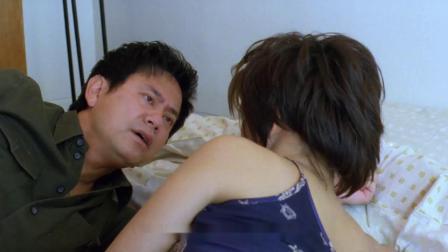 情侣去家具店试睡床,不料外面一堆人围观,这下搞笑了