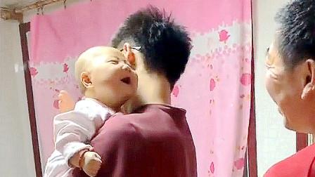 5个月的小宝宝一见到爷爷,就能聊的这么嗨,关键爸爸还不敢吃醋!