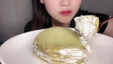美女吃抹茶蛋糕,大口吃的真有食欲,太满足了啊