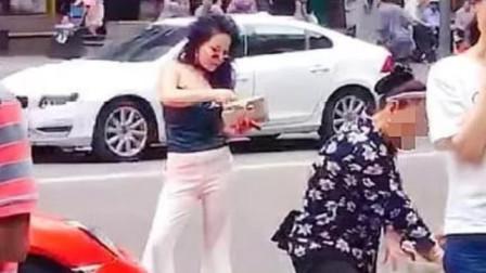 """""""重庆保时捷女车主""""又被拍到违停!菜市场买菜,姿势依旧很霸气"""