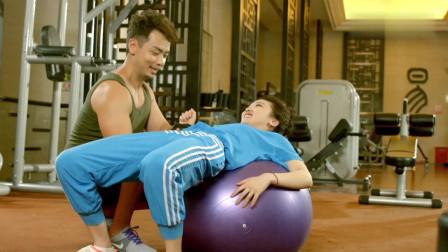 美女去健身房锻炼,不料看到健身帅小伙,立马激动的晕倒了